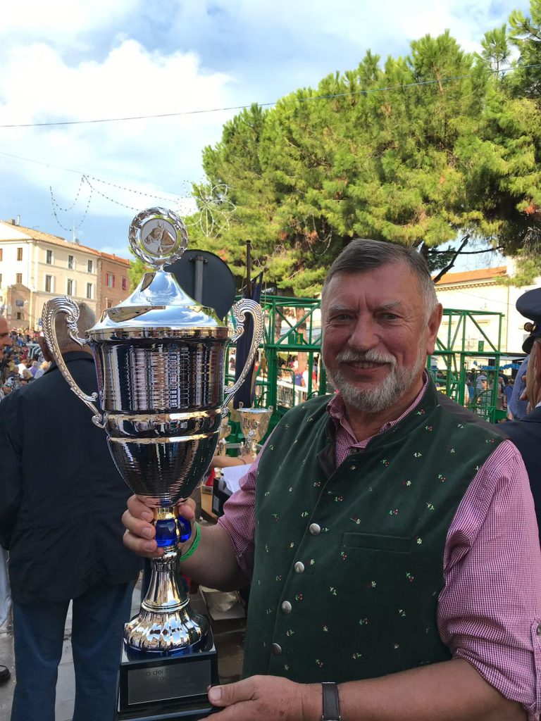 Wolfgang Sellner mit Siegerpokal